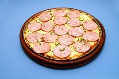 Pizzamozarella med lombo och basilika 1 Royaltyfri Foto