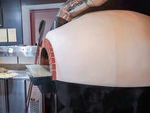 Pizzaofen Ein traditioneller Ofen f?r kochende und backende Pizza lizenzfreie stockfotografie