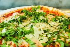 Pizzaparma-Arugulaschinkenparmesankäse-Tomatenitaliener stockfotos