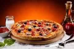 Pizzapeperoni med svarta oliv Arkivfoton