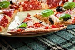 Pizzapepperonis mit den Oliven gedient Lizenzfreies Stockfoto