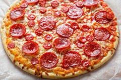 Pizzapepperonis mit Käse und Oregano lizenzfreie stockfotografie
