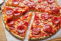 Pizzapepperonis mit Käse und Oregano stockbild