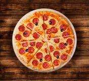 Pizzapepperonis op de houten lijst Stock Foto