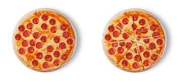 Pizzapepperonis op de witte achtergrond Stock Foto