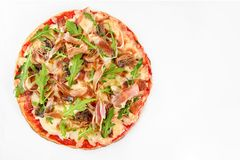 Pizzaprosciuttocrudo på vit royaltyfria foton