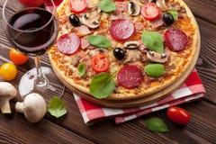 pizzarött vin Arkivfoton