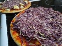 Pizzas crus da opinião de perspectiva com queijo do derby do portwine e o brie francês foto de stock