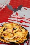 Pizzas de las momias de Halloween mini con la salsa de tomate, el queso y las aceitunas negras en la placa imagen de archivo libre de regalías