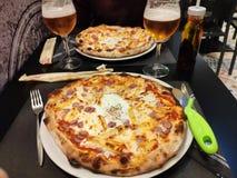 Pizzas in einem Restaurant für Abendessen lizenzfreies stockfoto