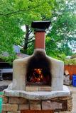 Pizzas faisant cuire au four dans un four ouvert de bois de chauffage Images libres de droits