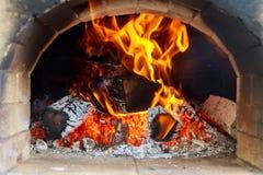 Pizzas faisant cuire au four dans un four ouvert de bois de chauffage Photos libres de droits
