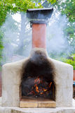 Pizzas faisant cuire au four dans un four ouvert de bois de chauffage Images stock