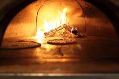 Pizzas im Ofen lizenzfreie stockbilder