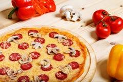 Pizzas italianas deliciosas servidas na tabela de madeira Foto de Stock Royalty Free