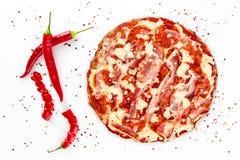 Pizzasalami met Spaanse peper op wit royalty-vrije stock afbeelding