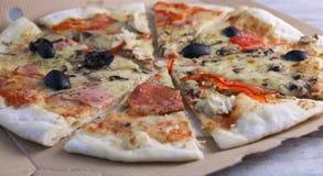 Pizzasalami mit Oliven lizenzfreies stockbild