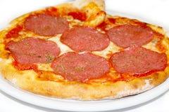 Pizzasalami mozzarela vermehrt sich italienische Lebensmittelpizza, Schinken Oliven explosionsartig stockfoto