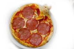 Pizzasalami mozzarela vermehrt sich italienische Lebensmittelpizza, Schinken Oliven explosionsartig lizenzfreies stockbild