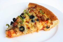 Pizzascheibe auf einer weißen Platte Stockbild