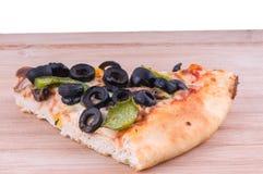 Pizzascheibe auf nahem hohem des hackenden Brettes Stockbilder