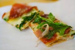 Pizzascheibe auf Platte Stockfotos