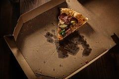 Pizzascheibe in im Lieferungskasten lizenzfreies stockbild