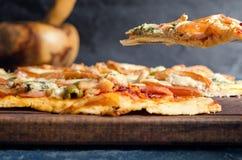 Pizzascheibe mit Tomate, Huhn und Blauschimmelkäse Lizenzfreie Stockfotos