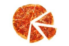 Pizzascheiben gegen Weiß Stockfotografie