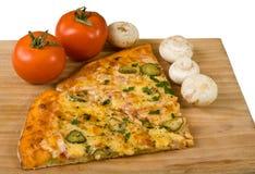 Pizzascheiben mit Tomaten lizenzfreies stockfoto