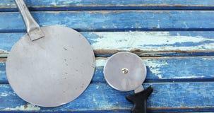 Pizzaschil en snijder op houten lijst stock videobeelden
