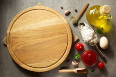 Pizzaskärbräda på tabellen arkivfoto