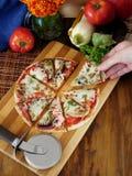 Pizzasnitt in i segment Arkivbilder