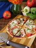 Pizzasnitt in i segment Royaltyfri Foto