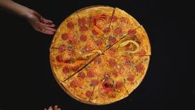 Pizzasnurr med tomatcirklar som isoleras över svart arkivfilmer