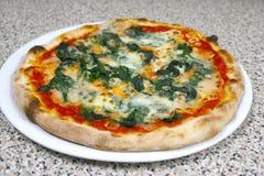 Pizzaspinat und italienische Lebensmittelpizza Gorgonzola-Käses, Schinken vermehrt sich Oliven explosionsartig stockbild