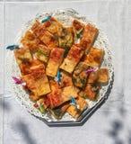 Pizzastreifen auf einer Platte bereit zur Partei Stockfotografie