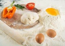 Pizzateig Stillleben mit Bestandteilen stockfotografie