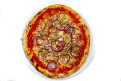 Pizzathunfisch und italienische Lebensmittelpizza der Zwiebel, Schinken vermehrt sich Oliven explosionsartig stockfotografie
