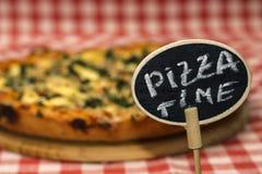Pizzatid Foto av den hemlagade italienska pajen Arkivbild