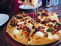 Pizzatijd met hongerige jagers royalty-vrije stock afbeeldingen