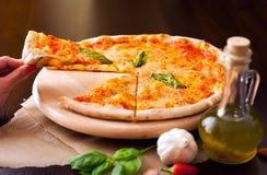 Pizzavoedsel met vrienden Royalty-vrije Stock Foto