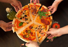 Pizzavoedsel met vrienden Royalty-vrije Stock Afbeeldingen