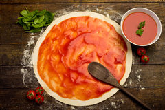 Pizzavorbereitung Lizenzfreie Stockbilder