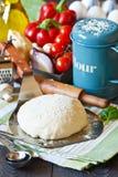 Pizzavorbereitung. lizenzfreie stockfotografie