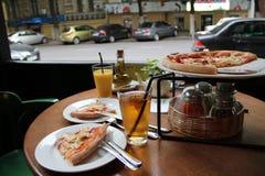 Pizzazeit im Kaffee Stockbild