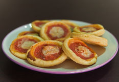 Pizze con la salsa dell'oliva, del formaggio e di pomodori Immagine Stock Libera da Diritti