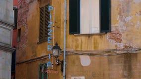Pizzería en el distrito histórico de Pisa - PISA TOSCANA ITALIA - 13 de septiembre de 2017 almacen de video