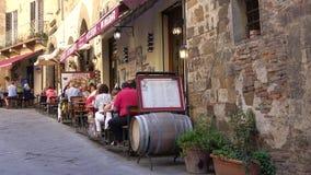 Pizzeria de rue dans Montepulciano historique La Toscane, Italie banque de vidéos