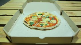 Pizzeria dowcip Niespodziewana sztuczka od deliveryman pizza mała rozczarowanie zbiory wideo